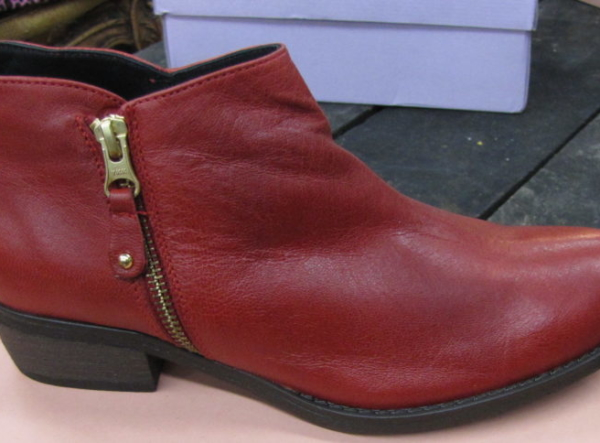 Red short bootie with zipper